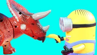 Despicable Me 3 Minion Dave & Triceratops Dinosaur Destroys Playmobil Food Truck Toy Review