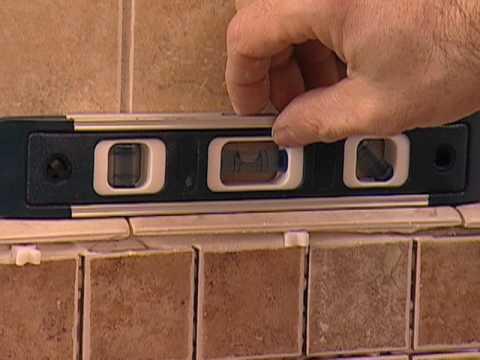 Cómo Instalar un Tocador de Baño con Losas de Mosaico
