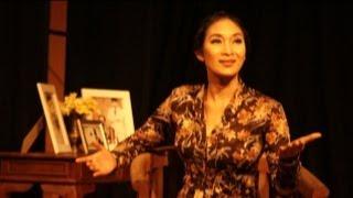 Happy Salma Pentaskan Lakon Monolog 'Inggit'  di Bale Rumawat Unpad