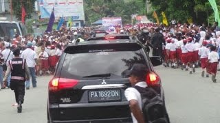 Tiba di Papua, Mobil Jokowi Dikejar-kejar Murid SD, Jokowi Terharu Lalu Turun dari Mobil