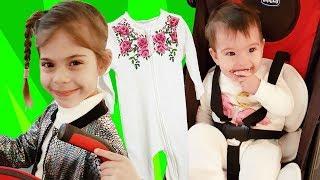 Bebekler için alışveriş. Elis Zara'ya kıyafet alıyor