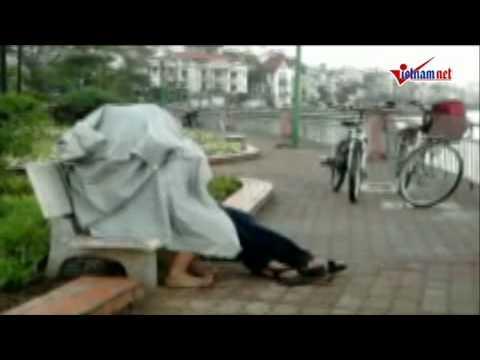 Teen Hà thành trùm áo mưa hôn nhau giữa đường?