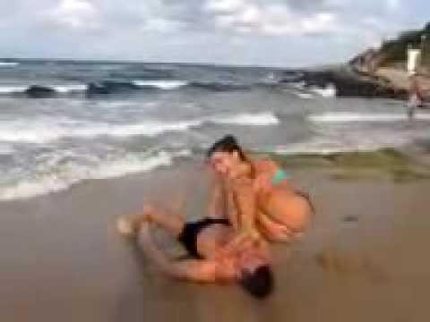 Vea lo que hizo esta pareja en la playa.