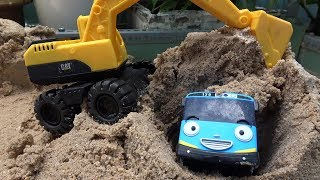 Tayo Bus Buried in the sand! Excavator rescues Tayo Little Bus toys play
