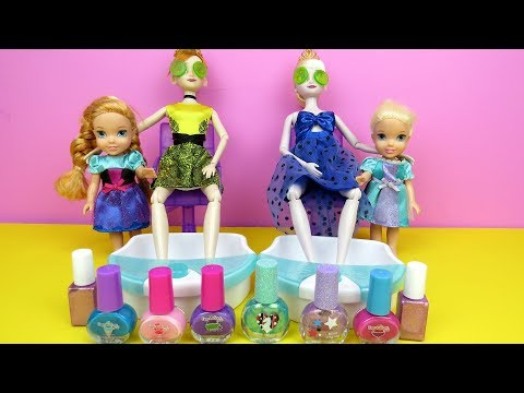 Spa Elsa and Anna toddlers at beauty salon Barbie is hair stylist nails painting shopping