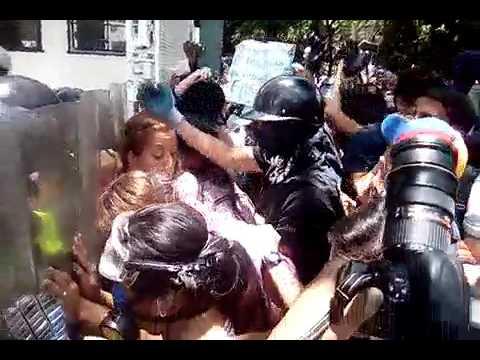 Barrera de mujeres estudiantes de la UCV intentan pasar piquete de la PNB en la casa de estudios
