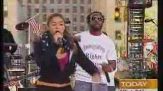 Shakira - Hips don't lie - Live at Today Show (04-28-06)
