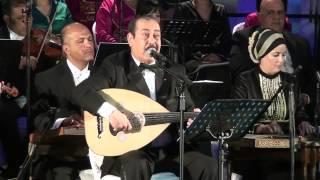 """لطفي بوشناق يبكي إثر آداء أغنية """"أنا مواطن"""""""