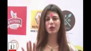 Sunny Leone Sings Baby Doll Main Sone Di For Fans