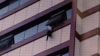 Küçük Çocuk Pencerede Asılı Kaldı..Vatandaş Aşağıdan Halı Açtı