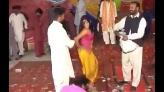 Shaadi Ka Ajeeb Riwaj Paise Ki Andhhi Barish Aur Sharmsar Karne Wala Dance