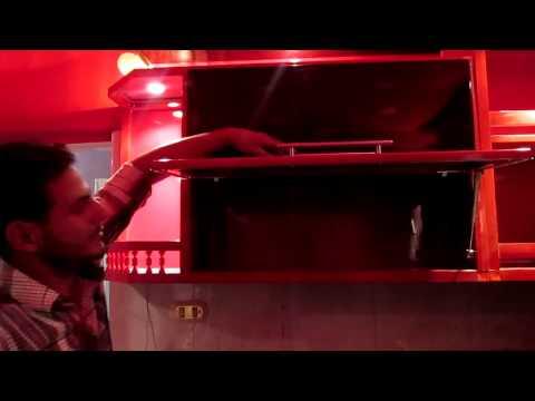 مطبخ ألوميتال يمزج بين الأسمر والأحمر الداكن