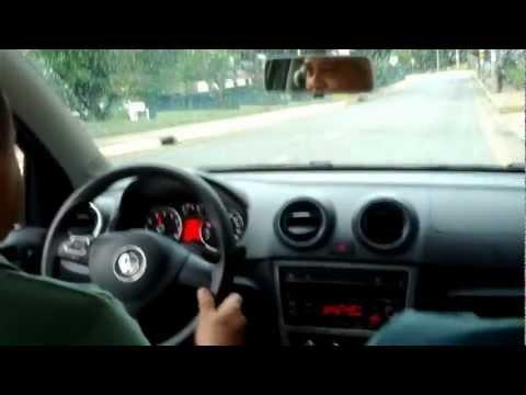 Pai dirigindo carro rebaixado pela primeira vez kkkk FiXA