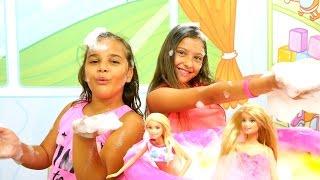 Barbie ile #köpükpartisi. Polen ve Sema köpük makinesi çalıştırıyorlar. Kız oyunları