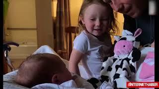 Yeni doğan kardeşini ilk kez gören küçük kız