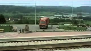 Sivi kamion crvene boje -  Kraj