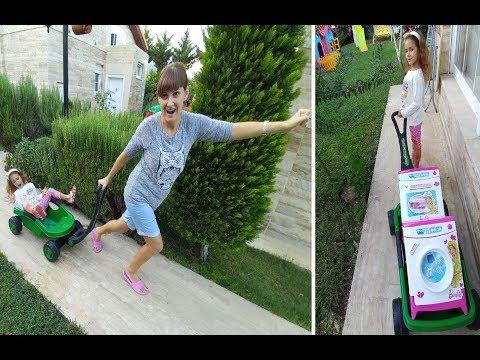 Mahalledeki  evlere eşyaları taşıdık.Barbie mutfak oyuncakları, makyaj masası