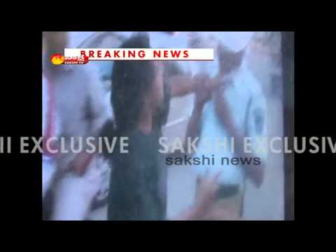 Traffic Police beaten up by a lady on road in Hyderabad
