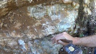 Recherche de pierres semi précieuses dans une galerie d'ancienne mine.