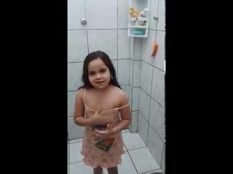 menina adere a onda dos artistas o banho gelado