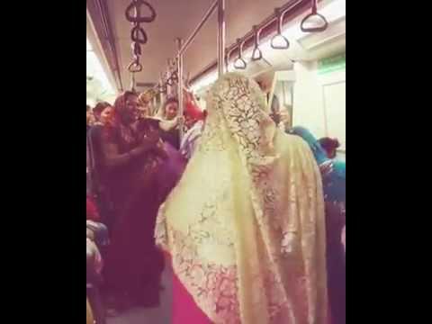 Funny Dance In Delhi Metro | Aunty Funny Dance