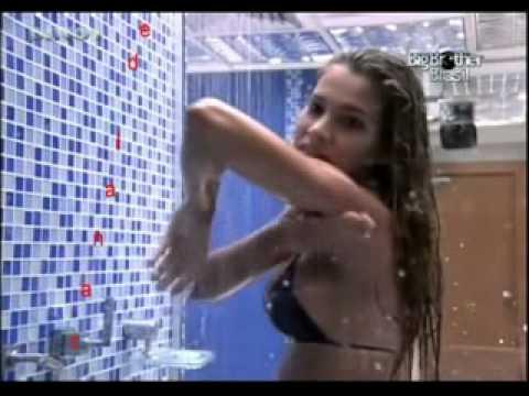 16 02 11 hummmmm Adriana tomando banho BBB11