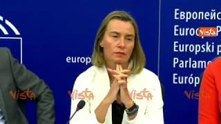Mogherini non risponde su Aquarius e i giornalisti italiani lasciano la sala stampa