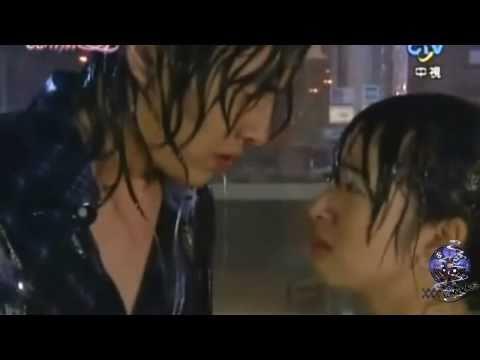 Fandub Latino Clip Comenzo con un beso escena bajo la lluvia