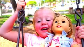 دمية و طفل مضحك يلعب على ال ملعب فيديو للأطفال