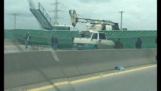الجزائر : لحظة سقوط جسر عبور الراجلين على السيارات في الجزائر