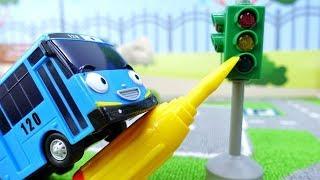 Ônibus Tayo conserta o semáforo. Vídeos de brinquedos