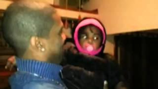 Une petite fille voit le frère jumeau de son papa pour la premiere fois