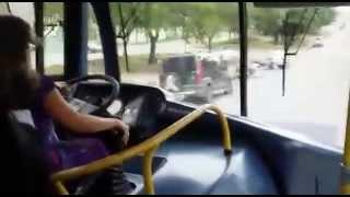 Mulher dirigindo ônibus