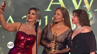 """جائزة مهرجان السينما العربية للنجمة """"ليلى علوي"""" وتسلمها لها النجمة """"إلهام شاهين"""" #ACA"""