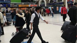 SRK & Gauri Walked Through A Crowded London Station & Went Unnoticed?