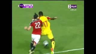 """باسم مرسي يضرب لاعب غينيا بالــ """" شلوط """" .. شاهد رد فعل لاعب غينيا"""