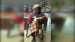 بي_بي_سي_ترندينغ: انتشار فيديو ليمني يعزف على آلة وترية من صنعه
