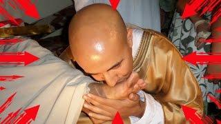مسلم عربي يُقَبِل قدم إمرأة