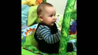 Bebe João aprendendo a sentar sozinho