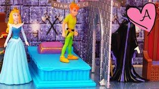 Juguetes de Disney - La Bella Durmiente en su castillo de luces Peter Pan se enfrenta a Maléfica
