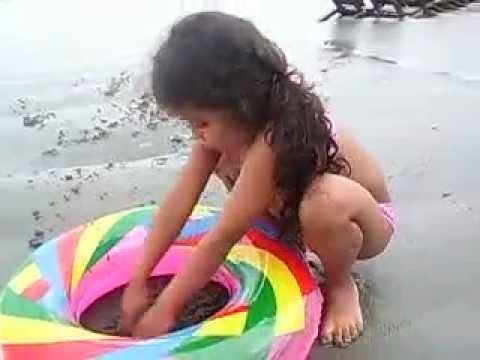 brincando na areia da praia