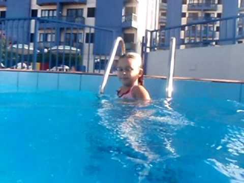 Julia nadando no Plaza