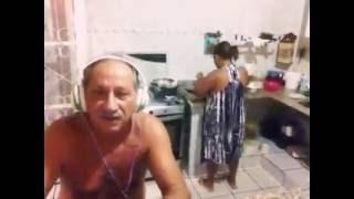 Homem canta e assusta a esposa