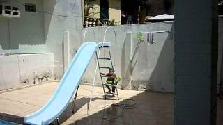 Giulia escorregando na piscina