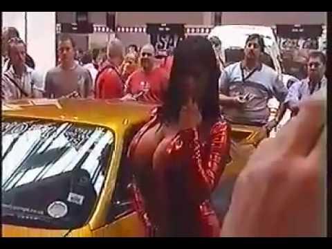 Mulher com seios lindos numa feira de automoveis
