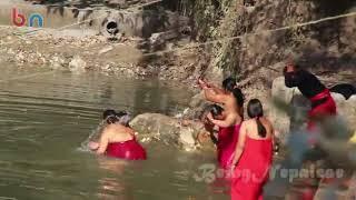 Hindu women bath in river Sali Nadi 2018 साली नदीमा नुहाउँदै वर्तालु महिला