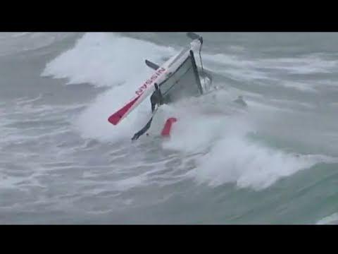 Insolite Hobie Cat en surf dans les vagues de la Torche en Bretagne