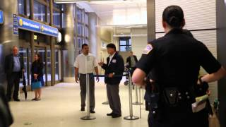 신은미교수 미국도착시 보수단체 관계자 폭력행사해 경찰에 연행