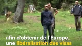 Au Kosovo, un député a interrompu un vote en lançant un fumigène dans le Parlement