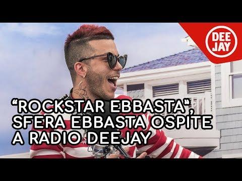Sfera Ebbasta a Radio Deejay il mio look dalla pelliccia rosa agli occhiali a forma di cuore